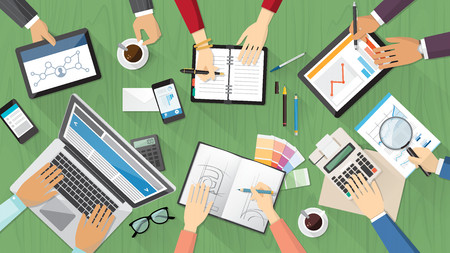 36983782-vista-dall-alto-desktop-team-creativo-con-computer-tablet-cancelleria-e-persone-che-lavorano-insieme